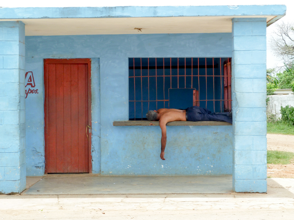Mittagsschlaf am Straßenrand in Kuba